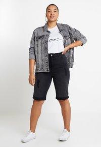 New Look Curves - KNEE - Jeansshort - black - 1