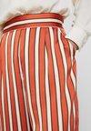 NAF NAF - ERAYE - Spodnie materiałowe - brique/ecru