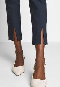 NAF NAF - EAVENUE - Pantalon classique - bleu marine - 3
