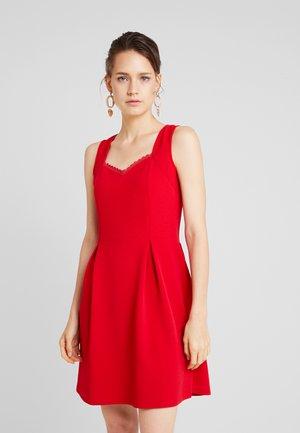 LUCETTE - Robe en jersey - rubis
