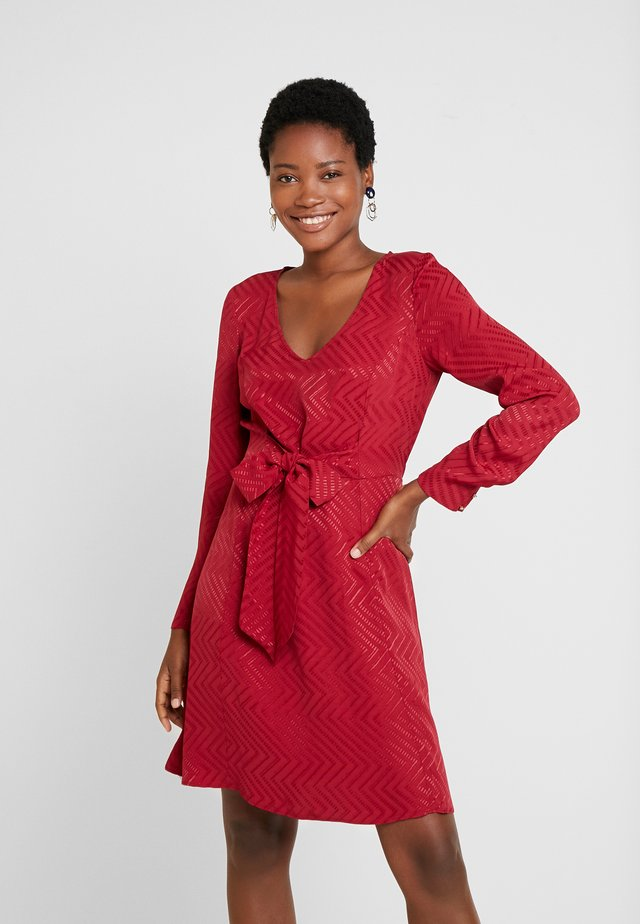 LACHEVY - Denní šaty - rouge dorient