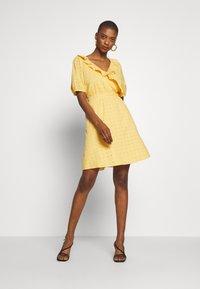 NAF NAF - KAREN - Korte jurk - jaune epis - 1