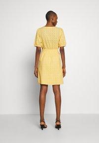 NAF NAF - KAREN - Korte jurk - jaune epis - 2