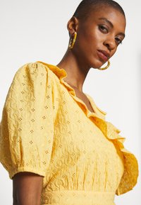 NAF NAF - KAREN - Korte jurk - jaune epis - 3