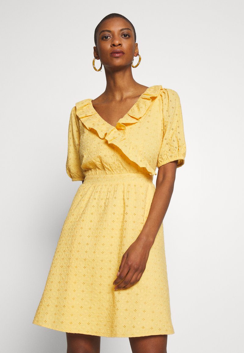 NAF NAF - KAREN - Korte jurk - jaune epis