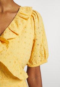 NAF NAF - KAREN - Korte jurk - jaune epis - 5
