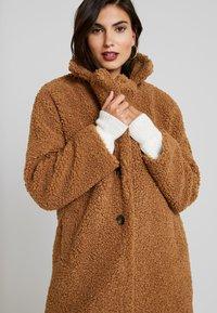 NAF NAF - BIPROTEST - Zimní kabát - camel - 4