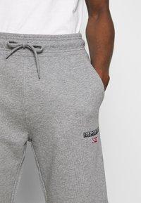 Napapijri - NERT - Pantalones deportivos - med grey mel - 4