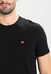 Napapijri - SENOS CREW - Camiseta básica - black - 3