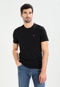 Napapijri - SENOS CREW - Camiseta básica - black - 0