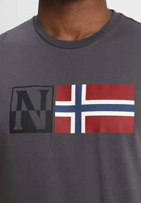 Napapijri - SAXY - T-shirt con stampa - volcano - 4