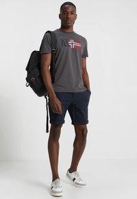 Napapijri - SAXY - T-shirt con stampa - volcano - 1