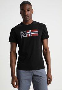 Napapijri - SAXY - T-shirt imprimé - black - 0