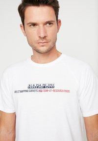 Napapijri - SASTIA  - T-shirt con stampa - bright white - 3
