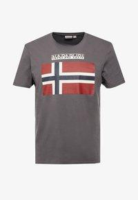 Napapijri - SAXY  - T-shirt z nadrukiem - volcano - 4