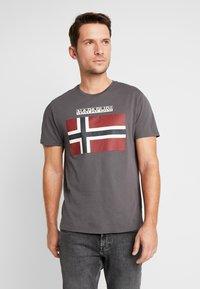 Napapijri - SAXY  - T-shirt z nadrukiem - volcano - 0
