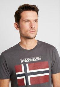 Napapijri - SAXY  - T-shirt z nadrukiem - volcano - 5