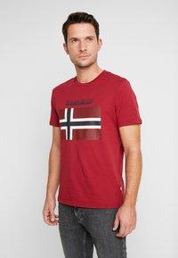 Napapijri - SAXY  - Camiseta estampada - rhubarb red - 0
