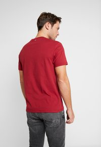 Napapijri - SAXY  - Camiseta estampada - rhubarb red - 2
