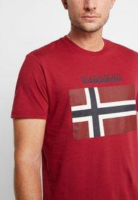 Napapijri - SAXY  - Camiseta estampada - rhubarb red - 5