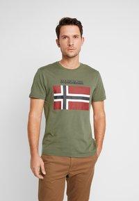 Napapijri - SAXY  - Camiseta estampada - new olive green - 0