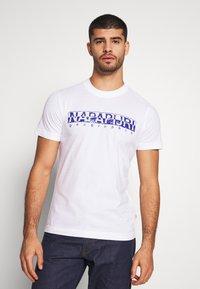 Napapijri - SOLANOS - Camiseta estampada - bright white - 0