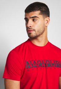 Napapijri - SOLANOS - Camiseta estampada - bright red - 4