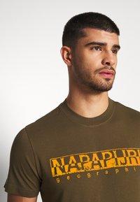 Napapijri - SOLANOS - T-shirts print - green way - 4