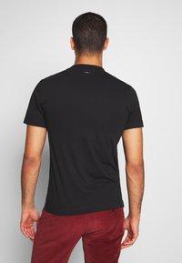 Napapijri - SOLANOS - Print T-shirt - black - 2