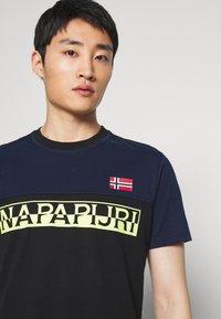 Napapijri - SARAS - Camiseta estampada - black - 3