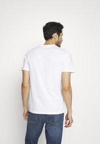 Napapijri - SARAS SOLID - Camiseta estampada - bright white - 2