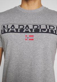Napapijri - SARAS SOLID - Camiseta estampada - grey melange - 4