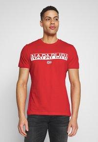 Napapijri - SARAS SOLID - Camiseta estampada - bright red - 0