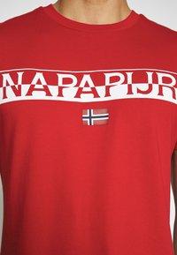 Napapijri - SARAS SOLID - Camiseta estampada - bright red - 4