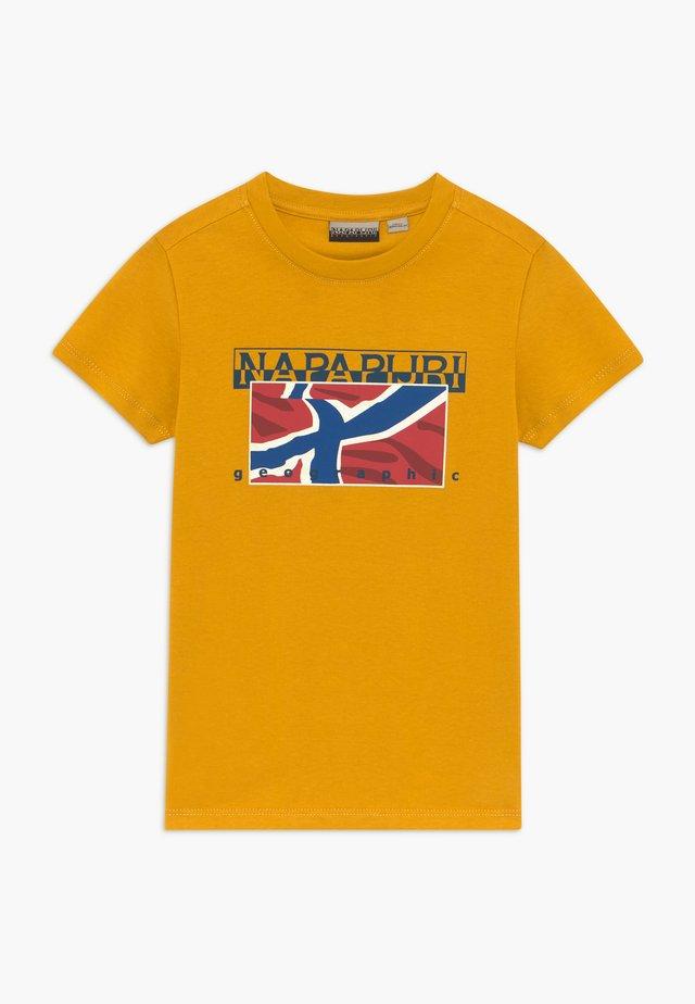 SALLYN - Camiseta estampada - mango yellow