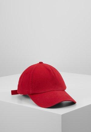 FERGO - Lippalakki - cherry red