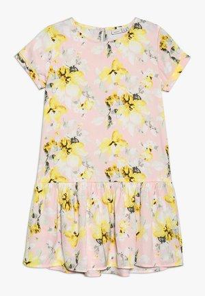 NKFFULLA DRESS - Denní šaty - strawberry cream