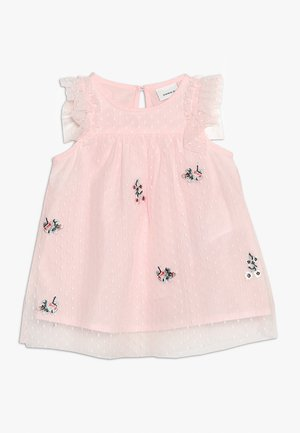 NBFHUSSA CAPSL DRESS - Cocktailkjoler / festkjoler - strawberry cream