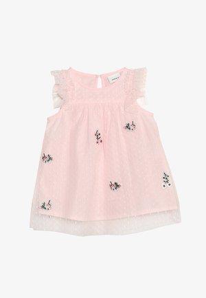 NBFHUSSA CAPSL DRESS - Vestido de cóctel - strawberry cream