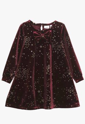 NMFROBBA DRESS - Cocktailkleid/festliches Kleid - cabernet