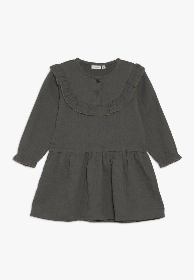NMFOSELMA DRESS - Denní šaty - urban chic