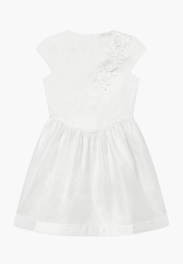 NKFSHILA - Sukienka koktajlowa - bright white