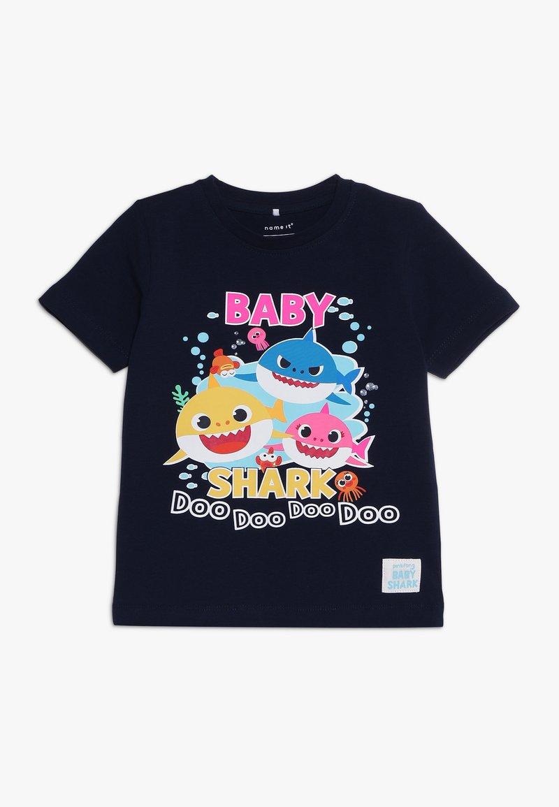 Name it - NMMBABYSHARK RIO - T-shirts med print - dark sapphire