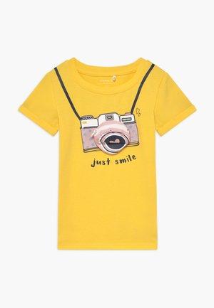 NMFFADINA BOX - Print T-shirt - aspen gold