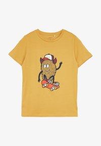 Name it - NKMDAWI  - Camiseta estampada - amber gold - 2