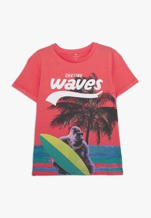 NKMJULIUS  - Camiseta estampada - calypso coral