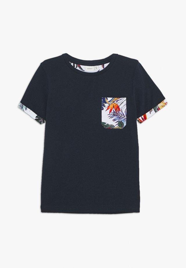 NKMJALEXANDER BOX - T-shirt med print - dark sapphire