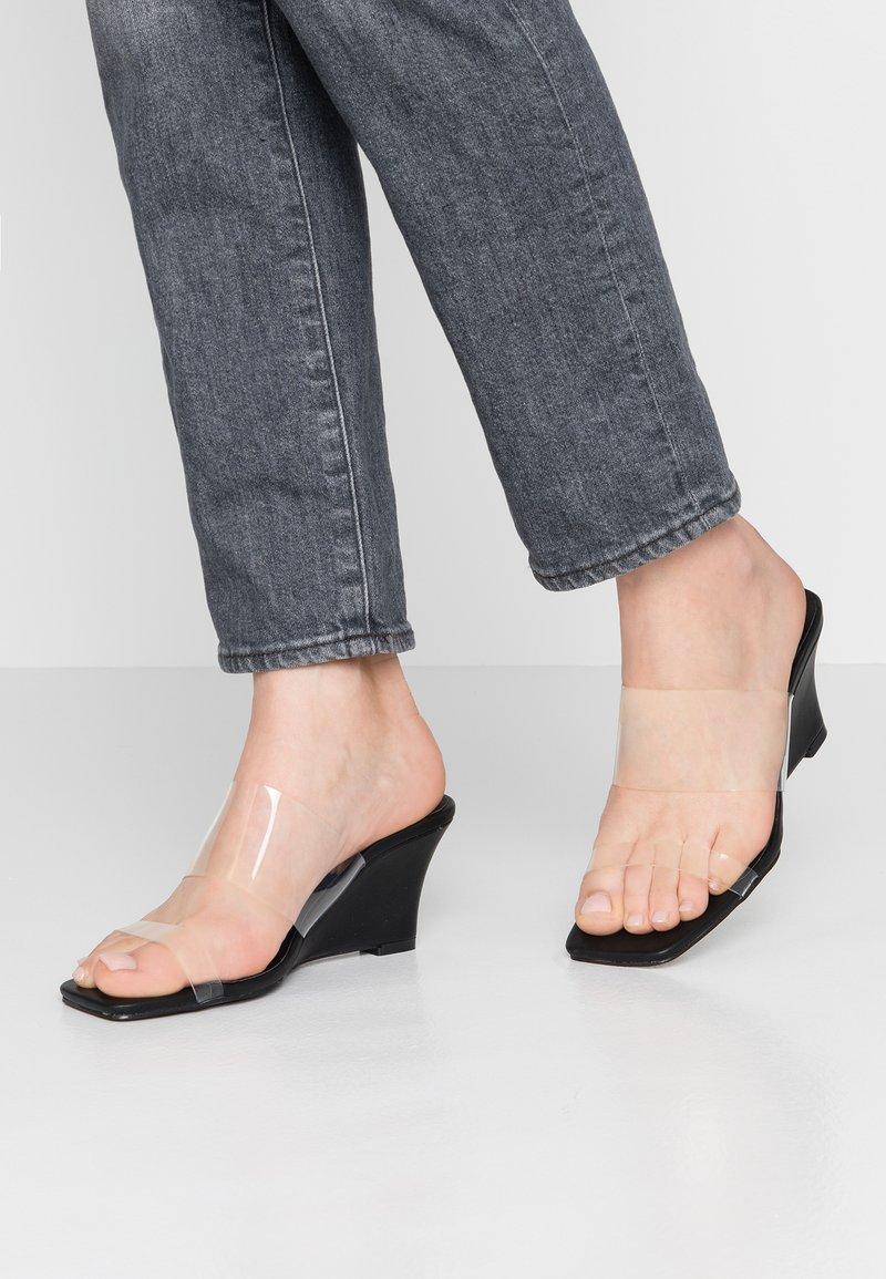 NA-KD - TRANSPARENT WEDGE HEEL - Pantolette hoch - black