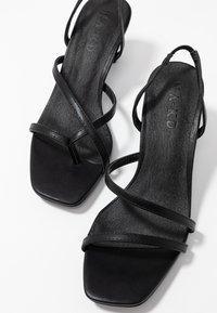 NA-KD - ASYMMETRIC STRAP - Sandaalit nilkkaremmillä - black - 7