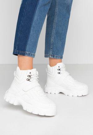 PLATFORM  - Höga sneakers - white